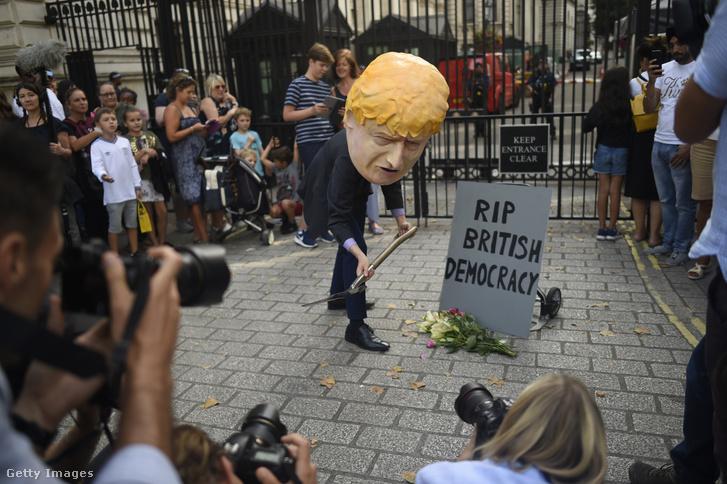 Boris Johnsonnak öltözött személy az Avaaz által szervezett demonstráción a Downing Streeten 2019. augusztus 28-án