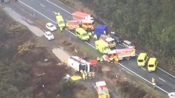 Felborult egy turistabusz Új-Zélandon, többen meghaltak