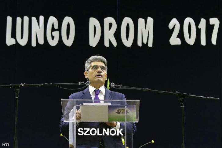 Farkas Flórián, a szervezet elnöke beszédet mond a Lungo Drom Országos Cigány Érdekvédelmi és Polgári Szövetség kongresszusán Szolnokon 2017. október 28-án