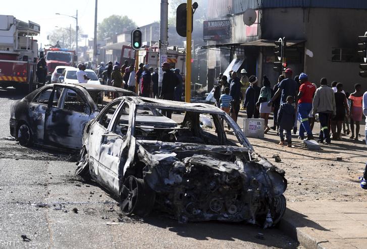 Kiégett járművek roncsai Johannesburgban 2019. szeptember 2-án