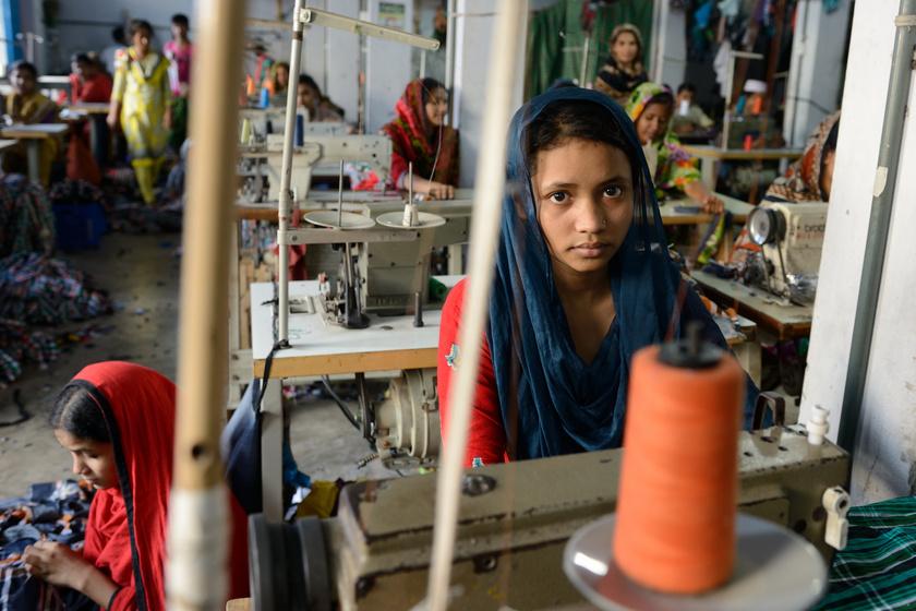Gyermekmunkások egy bangladesi gyárban.