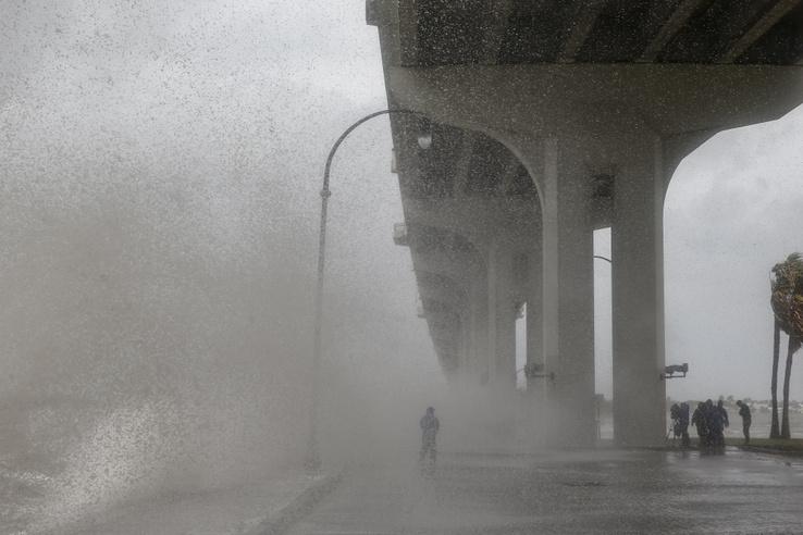 Egy riportert csap le a Dorian által felkorbácsolt erős hullám a  Jensen Beach Causeway Parkban, Floridában 2019. szeptember 3-án