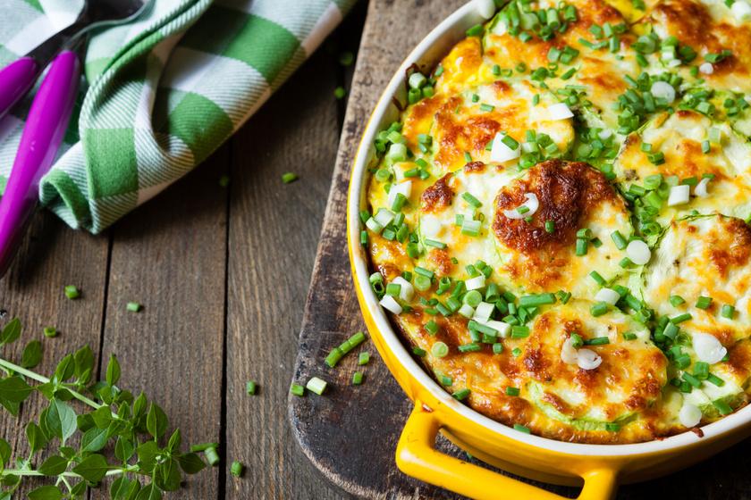 Zöldséges rakott tészta vastag, nyúlós sajtréteggel: semmi extra, mégis isteni