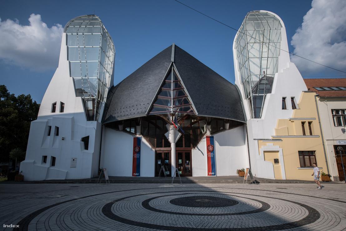Az 1998-ban épült Hagymaház, Makovecz Imre első megvalósult makói munkája