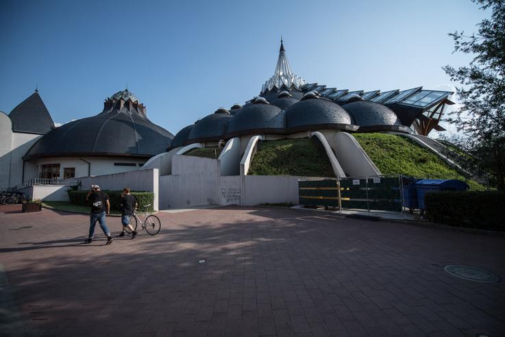 A Makói Hagymatikum Gyógyfürdő egymásnak boruló kupolái. Makovecz Imre utolsó nagy munkája. A komplexum másik tervezője tanítványa, Csernyus Lőrinc volt