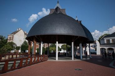A Makovecz téri zenepavilon a fürdővel együtt készült el. Külön épületként tartják nyilván, valójában az épületkomplexum része