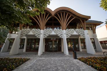 Az új könyvtárat 2019-ben adták át. Már az építést is a Makovecz Imre halála után kezdték meg