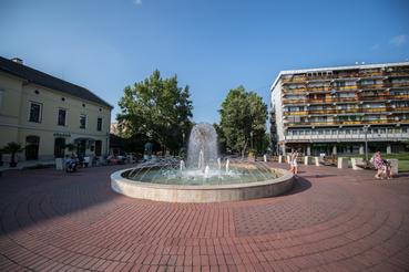 A város egyik tere, amit Makovecz tervei alapján rendeztek be