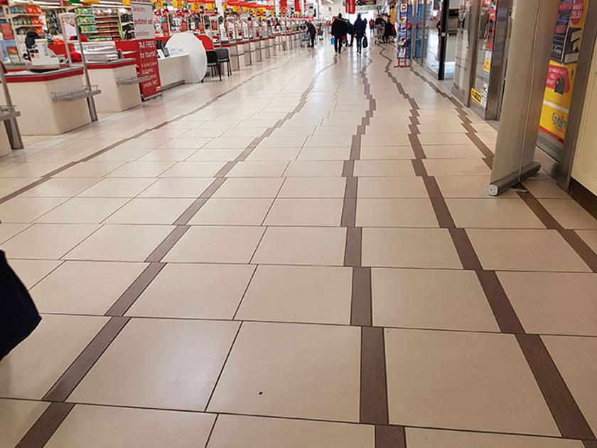 Egy szupermarketben fotózták le a legkellemetlenebb padlót, amit valaha láttunk.