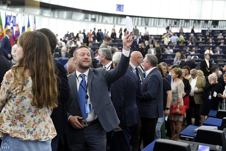 Ujhelyi István a Magyar Szocialista Párt képviselõje sorban áll az Európai Bizottság élére jelölt Ursula von der Leyen német kereszténydemokrata politikus megválasztásáról szóló szavazáson az Európai Parlament (EP) plenáris ülésén Strasbourgban 2019. július 16-án.
