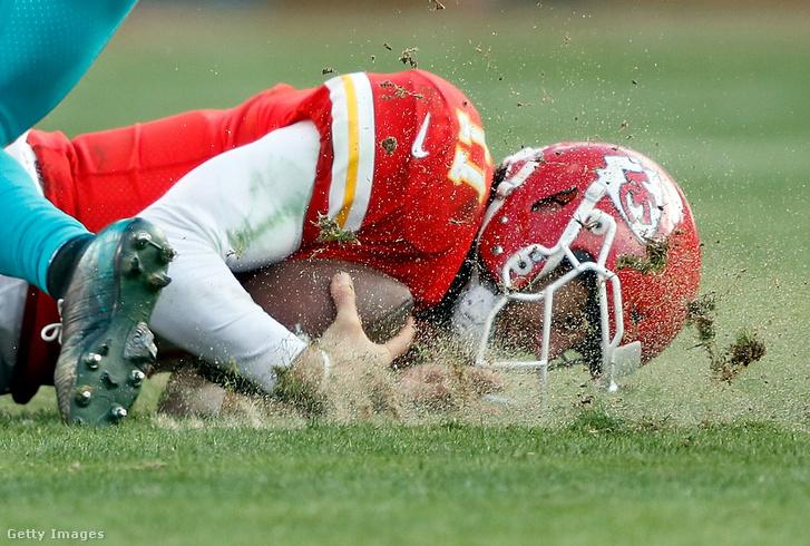 Kansas City Chiefs játékos Alex Smith feje találkozik a földdel a 2017-es Miami Dolphins elleni mérkőzésen