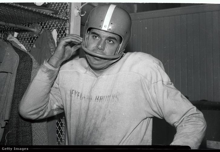 Otto Graham a Cleveland Browns játékosa a sisakjához kapcsolja az arcvédőt 1955-ben