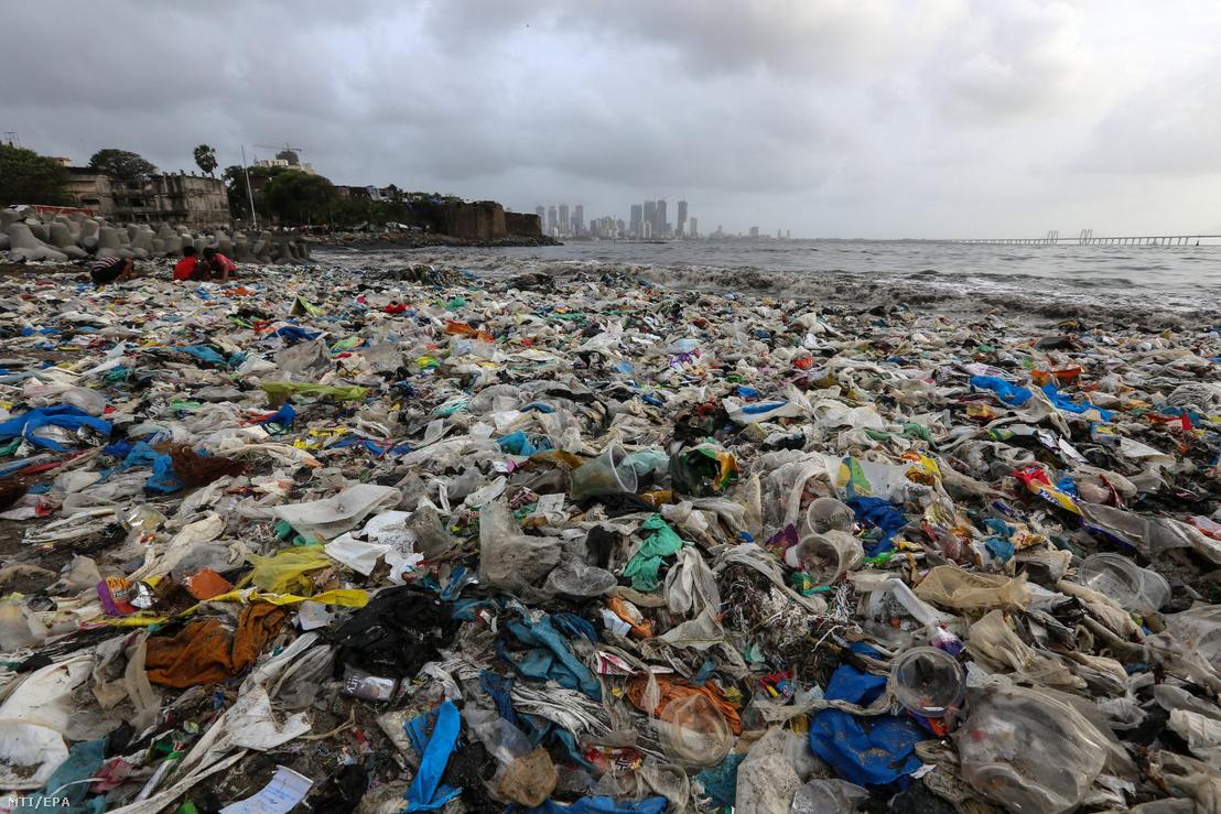 Műanyag hulladék borítja a Mahim tengerparti strandot Mahárástra szövetségi állam fővárosában Mumbaiban 2018. június 22-án. Mahárástra regionális kormánya a súlyos környezeti károk miatt betiltja számos műanyagból készült cikk lakossági használatát.