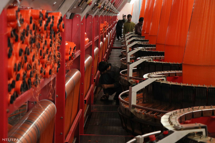 Ipari szövőszékek működését szabályozzák dolgozók a műanyag termékeket készítő Tak Plast gyárban az északnyugat-afganisztáni Herátban 2018. július 10-én. A hárommillió dollár (825 millió forint) beruházással létesített magánkézben lévő üzem számos ember megélhetését biztosítja a nagyvárosban.