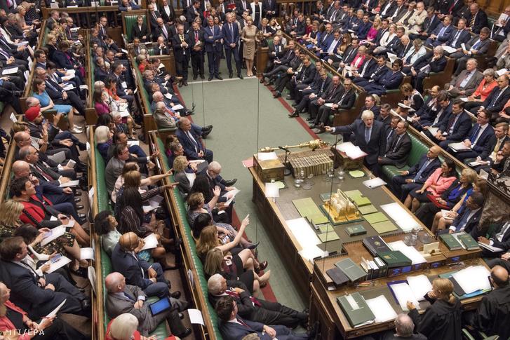 Boris Johnson brit miniszterelnök (k) a képviselői kérdések és azonnali miniszterelnöki válaszok szokásos alsóházi órájában a törvényhozás alsóházában Londonban 2019. szeptember 4-én.