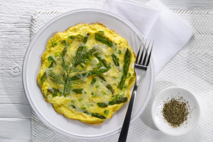 A klasszikus omlett szinte bármilyen zöldséggel elkészítve nagyon finom, a spárga viszont olyan szuperzöldség, amely tele van rosttal és antioxidánsokkal, viszont kalória alig van benne, így segít gyorsabban jóllakni. Ha diétához készíted ezt az ételt, használj zsírszegény tejet tejszín helyett, és a fenti receptből hagyd ki a sajtot.
