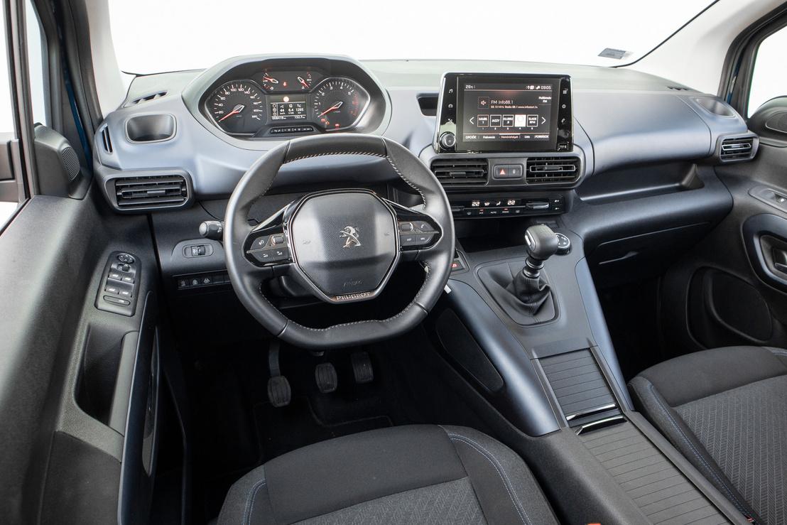 A jellegzetes Peugeot-vezetőhely, haszongépjárművesítve