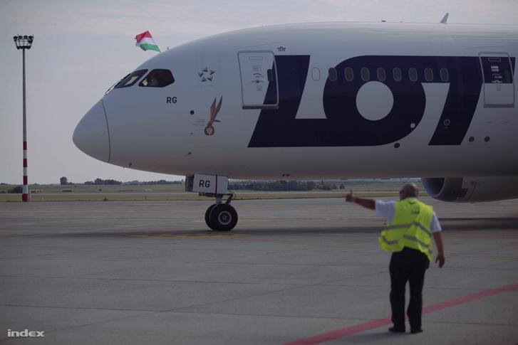 A lengyel LOT légitársaság Boeing 787-800 Dreamliner típusú repülőgépe a Liszt Ferenc repülőtéren 2017. július 7-én. A helyszínen tartott sajtótájékoztatón bejelentették: a társaság New Yorkba és Chicagóba indít közvetlen járatot jövő nyáron Budapestről.
