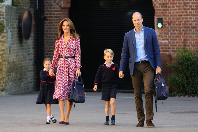 Tüneményes családi fotó az iskolás gyerkőcökkel - ilyen édesek az egyenruháikban.