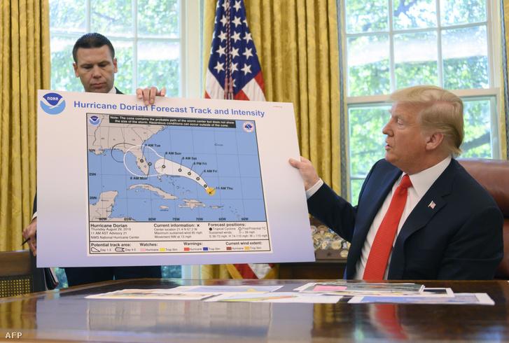 Donald Trump és Kevin McAleenan tájékoztatja a sajtót szerdán a Dorian hurrikánra felkészülésről a Fehér Házban