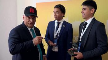 Orbán Viktor miniszterelnök úrnak barátsággal a Liu testvérektől