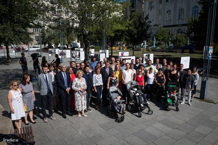 Díjazottak és a nagykövetek csoportképe a kiállításon