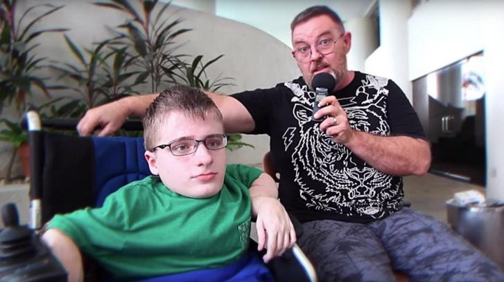"""Fredrick Brennan és Jim Watkins a 8chan 2015-ös """"sajtótájékoztató"""" videóján"""