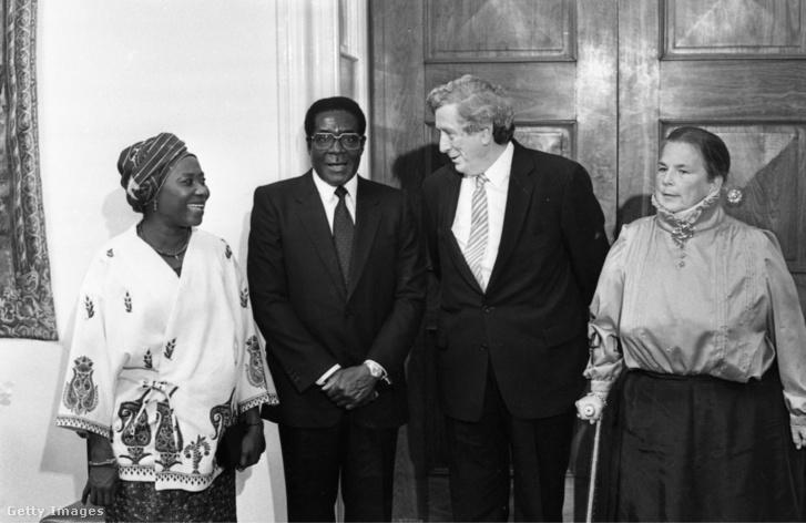 :Robert Mugabe in Ireland 1983 Caption:President of Zimbabwe 1983-ban Robert Mugabe Zimbabwe elnökeként feleségével háromnapos írországi látogatásuk során Garrett Fitzgeralddal és nejével találkozik.