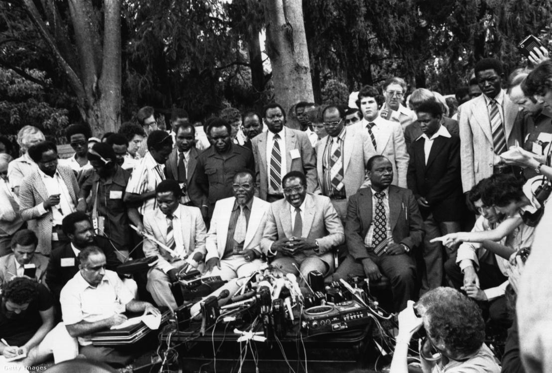 Dr. Robert Gabriel Mugabe elnökké választását követően tart sajtótájékoztatót 1980. március 6-án.