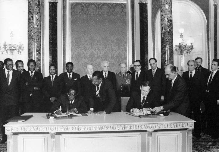Nikolai Ryzhkov a CPSU központi bizottságának tagja, a Szovjetunió Minisztertanácsának elnöke és Robert Mugabe Zimbabwe elnöke 1985-ben gazdasági és műszaki együttműködésről szóló megállapodást köt.