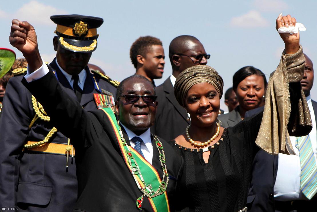 Robert Mugabe és Grace Mugabe köszöntik támogatóikat a Hősök Napja rendezvényen 2014. ausztus 11-én.