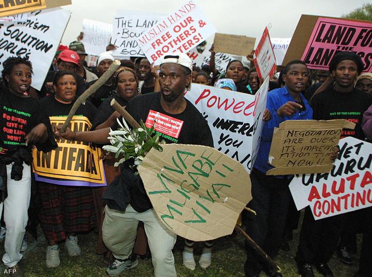 Több ezer ember Robert Mugabét támogató plakáttal a kezében az elnököt dicsőítő felvonuláson vesz részt Durban városában, ahol az Egyesült Nemzetek Szervezete rasszizmus elleni világkonferenciáját tartják 2001. augusztus 31-én. A felvonulók kijelentették, hogy ellenzik az ott felmerülő kiemelt kérdéseket és a globalizációt.