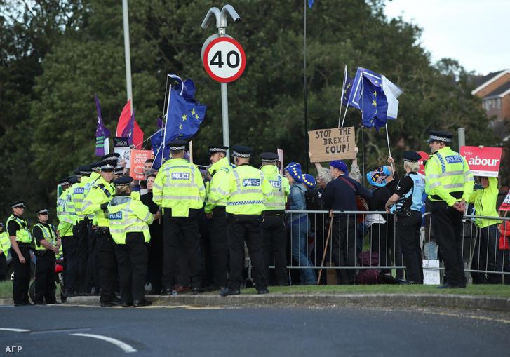 A West Yorkshire-ba érkező Boris Johnson miatt tüntetőket veszik körbe a rendőrök csütörtökön