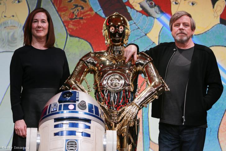 A királynő lép először kapcsolatba az áldozatokkal telefonon, vagy online, és minden egyes alkalommal egy nagyhatalmú hollywoodi producernek vagy milliomosfeleségnek adja ki magát, olyan közismert figuráknak, mint Kathleen Kennedy, a Csillagok háborúja-filmeket gyártó Lucasfilm feje. A képen Kathleen Kennedy producer, C-3PO és Mark Hamill egy 2017-es Star Wars konferencián