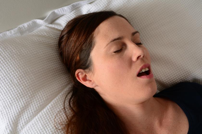 horkoló nő