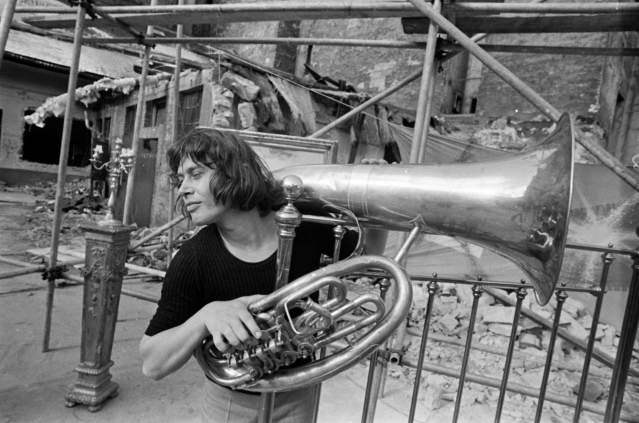 A zenekar-alapító Illés Lajos.Az 1960 óta létező együttesnek három, összetételében és zenéjében is elhatárolható korszaka volt 1982-ig. A folytonosságot Illés Lajos jelentette.