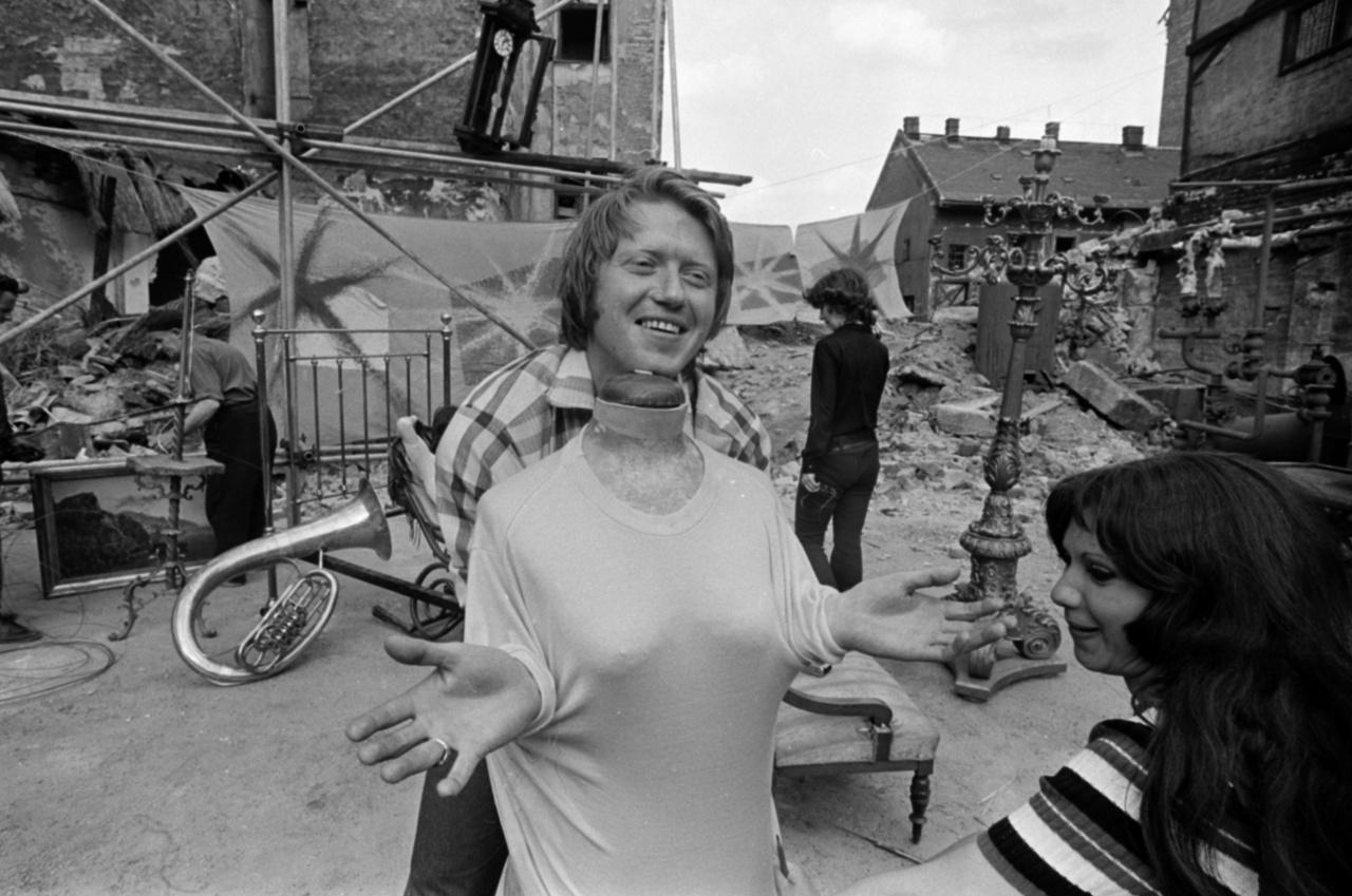 Jobbra Szabó Ildikó, Zazi, aki mielőtt maga is rendezni kezdett, Sándor Pál több filmjében szerepelt (így a Régi idők focijáról szóló korábbi Fortepan-cikkben is felbukkan).