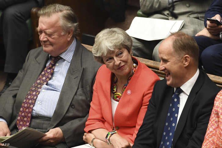 Theresa May (középen) Boris Johnson szerdai beszéde közben a brit alsóházban