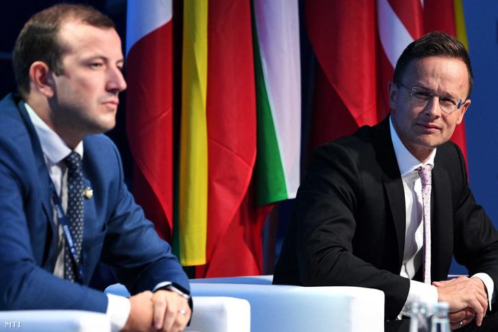Virginijus Sinkevicius litván gazdasági miniszter (b) és Szijjártó Péter külgazdasági és külügyminiszter a 29. krynicai gazdasági fórumon a dél-lengyelországi Krynica-Zdrojban 2019. szeptember 4-én.