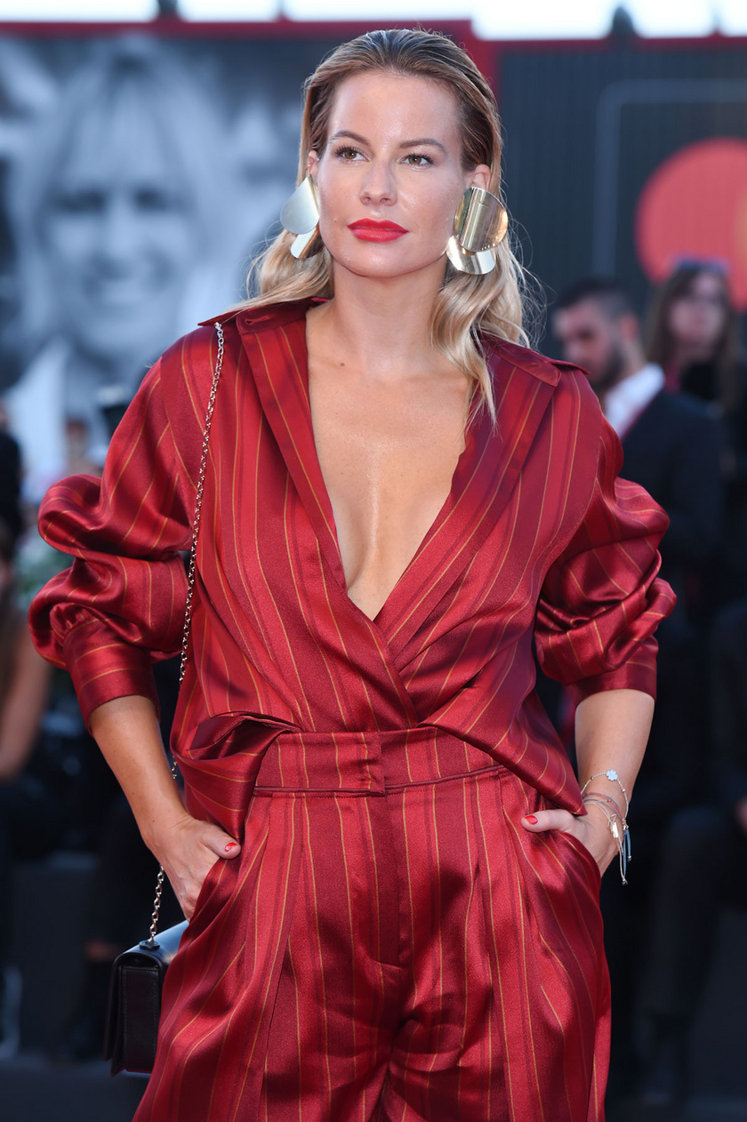 Mádai Vivien egy merészen dekoltált ruhában jelent meg a velencei filmfesztiválon.
