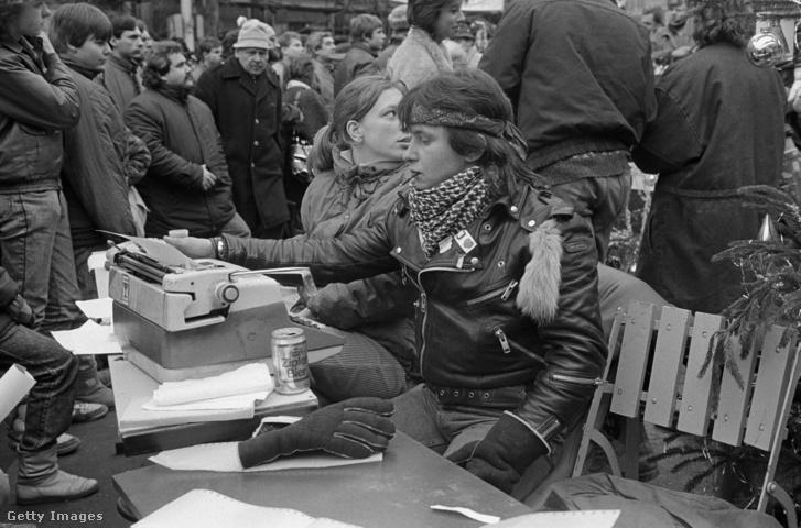 Havel hívei a bársonyos forradalom után, az utcán gépelik a sajtóközleményeket.