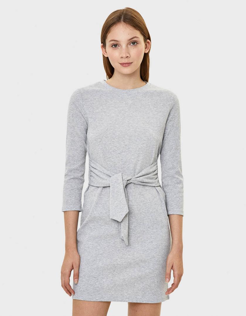 Egyszerű, mégis csinos a Bershka szürke egészruhája. A vékony, kötött anyag az ősz egyik legdivatosabbja, a csomózott derék pedig erős karcsúsító hatással rendelkezik. 5995 forintért veheted meg.
