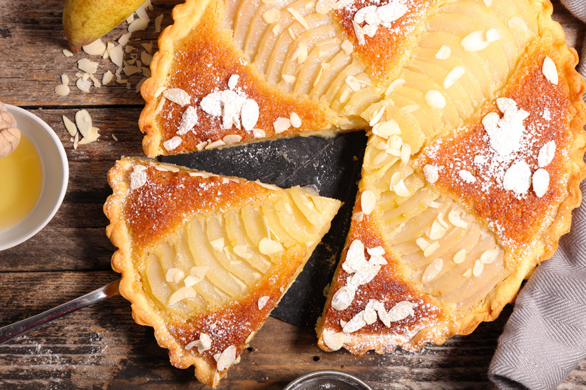 Körtés mandulatorta: omlós tart, lédús gyümölcs, ropogós dekoráció