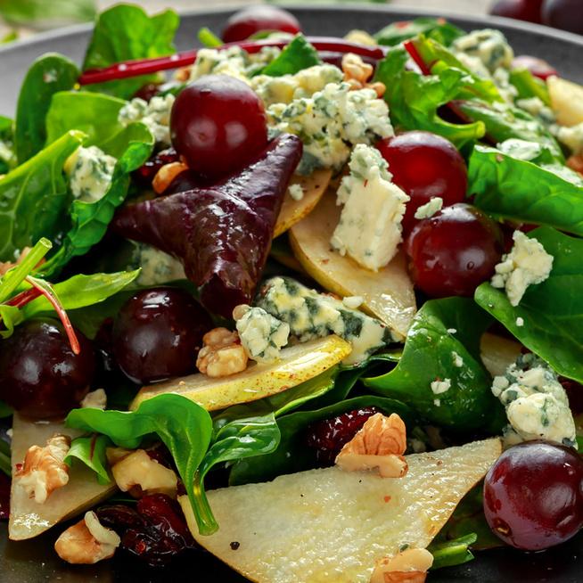 Körtés-szőlős saláta kéksajttal és zöldsalátával: sósan is isteni az őszi kedvenc