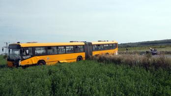 Menetrend szerinti busszal ütközött egy autó Miskolcnál, meghalt a 73 éves sofőr