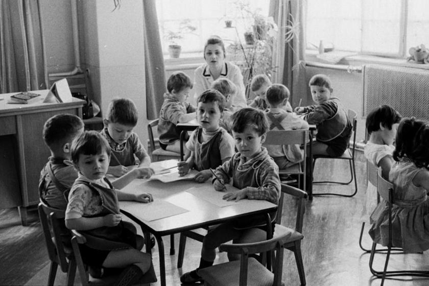 Aprócska asztaloknál, aprócska székeken ülve rajzoltak a gyerekek - épp, ahogy manapság. (1970)