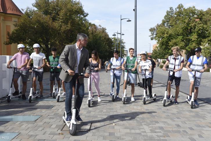 Az elektromos rollerrel érkező Grezsa István (független) polgármesterjelölt sajtótájékoztatót tart a hódmezővásárhelyi Dr. Rapcsák András utcában 2019. szeptember 6-án.
