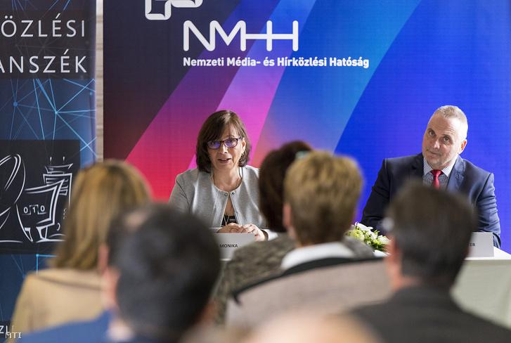 Karas Monika a Nemzeti Média- és Hírközlési Hatóság (NMHH) elnöke és Földesi Péter rektor a győri Széchenyi Egyetemen az NMHH támogatásából kialakított hírközlési labor avatásán amelyet a távközlési világnap alkalmából tartottak 2019. május 16-án.