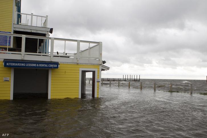 Elöntött bolt Észak-Karolinában, miután elérte a Dorian hurrikán a Hatteras-fokot pénteken