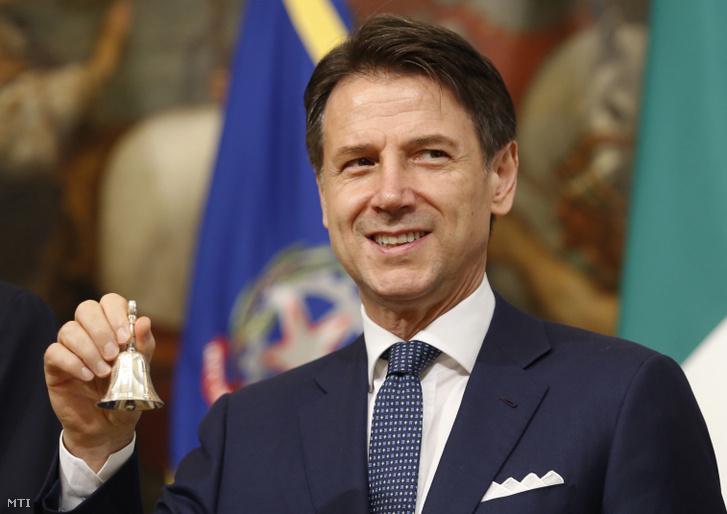 Giuseppe Conte olasz miniszterelnök egy ezüstcsengettyűvel megnyitja az új kabinet első ülését a római kormányfői rezidencián, a Chigi-palotában 2019. szeptember 5-én
